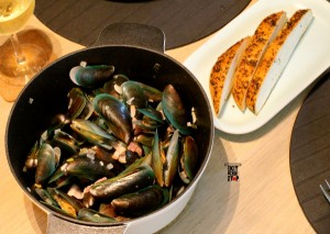 Wine steamed green mussels pot